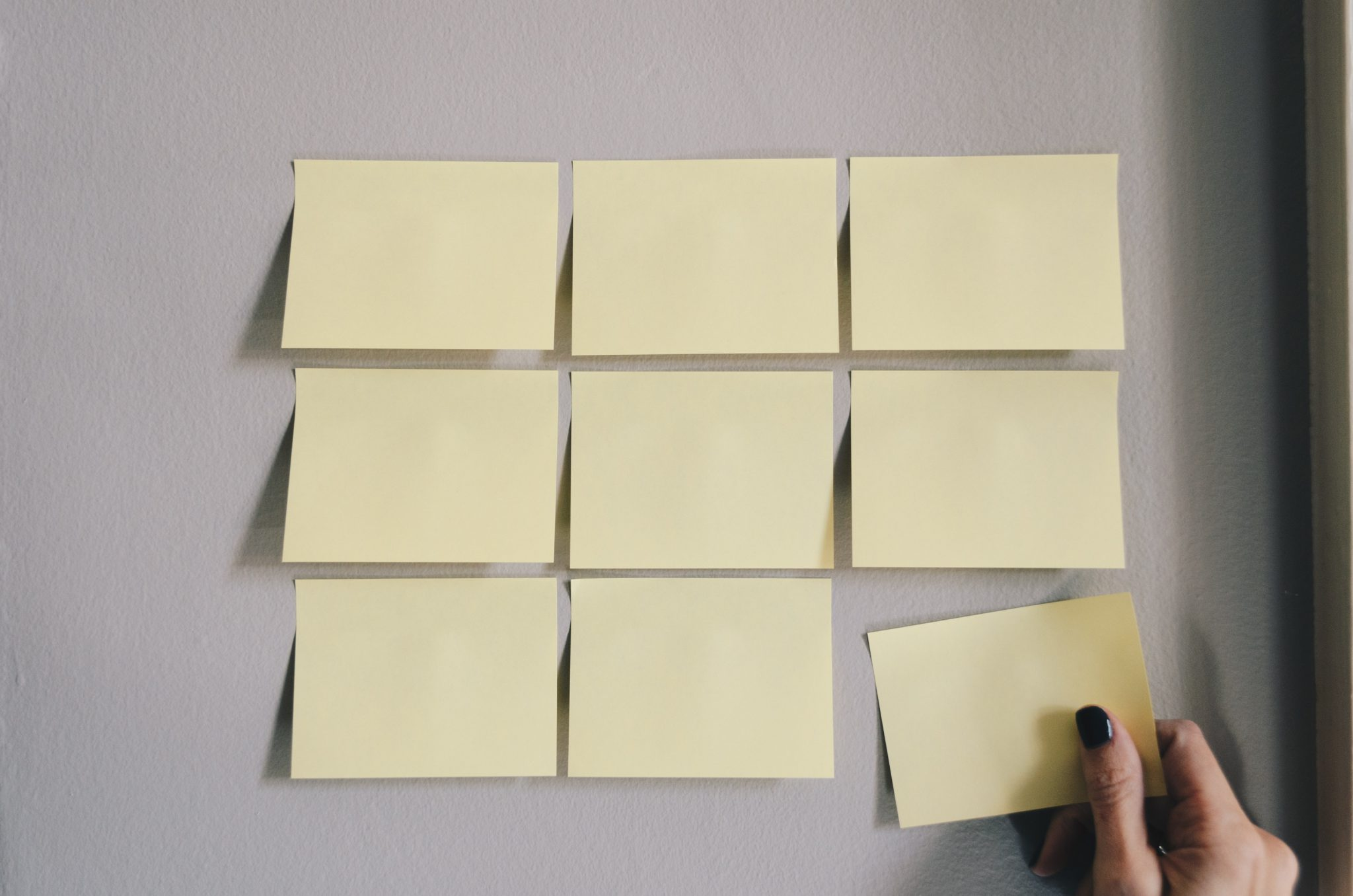 Neun Post ITs fuer Marketing Strategie